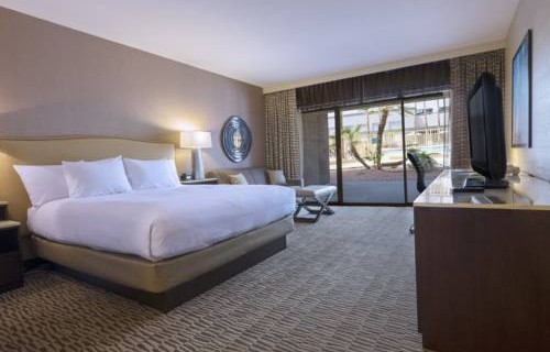Hilton Phoenix Airport bedroom